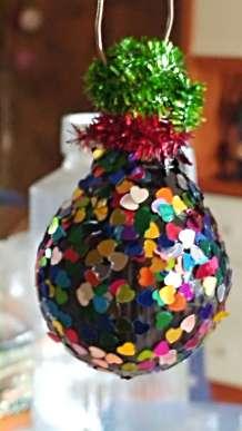 Bombeta reciclada per guarnir l'arbre de Nadal