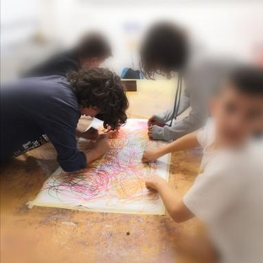 Sessió d'artteràpia en context escolar
